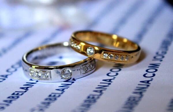Perbedaan Antara Cincin dari Emas Kuning dan EmasPutih